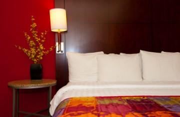 Ágytakaróval és ágysállal szebb a szállodai szoba